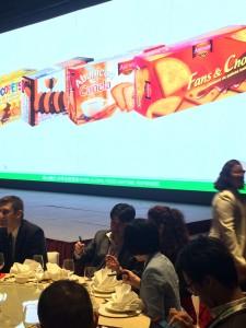 2015-05-19-Enrique Asin, presidente, y Maria Eugenia, Directora de Exportacion de Asinez, junto a Coco, de Tradeco, responsable de las ventas en China.