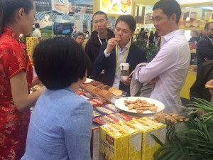 2015-05-19-Muchos clientes de nuestro importador se acercaron a la Sial a probar el producto de Asinez