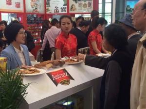 2015-05-19-No pararon de pasar empresas interesadas en nuedtras galletas (Asinez)