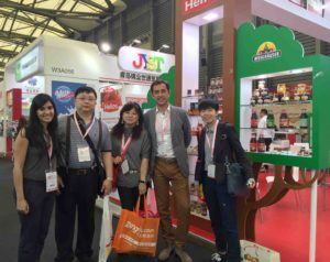 Carlos con  importadores Helios stand SIAL CHINA 2016
